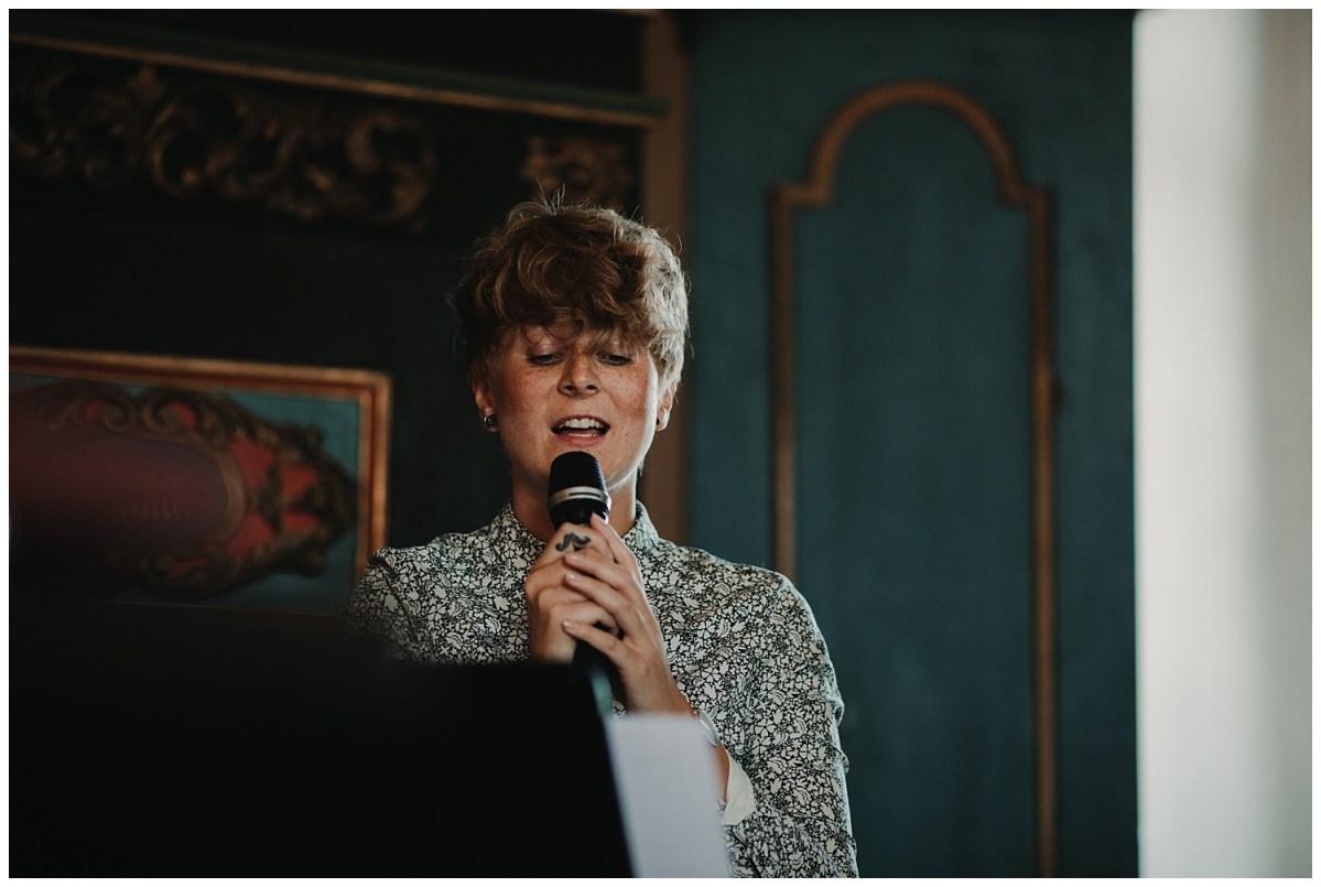 Bröllopsfotograf Göteborg sång i kyrkan wedding photographer sining in church