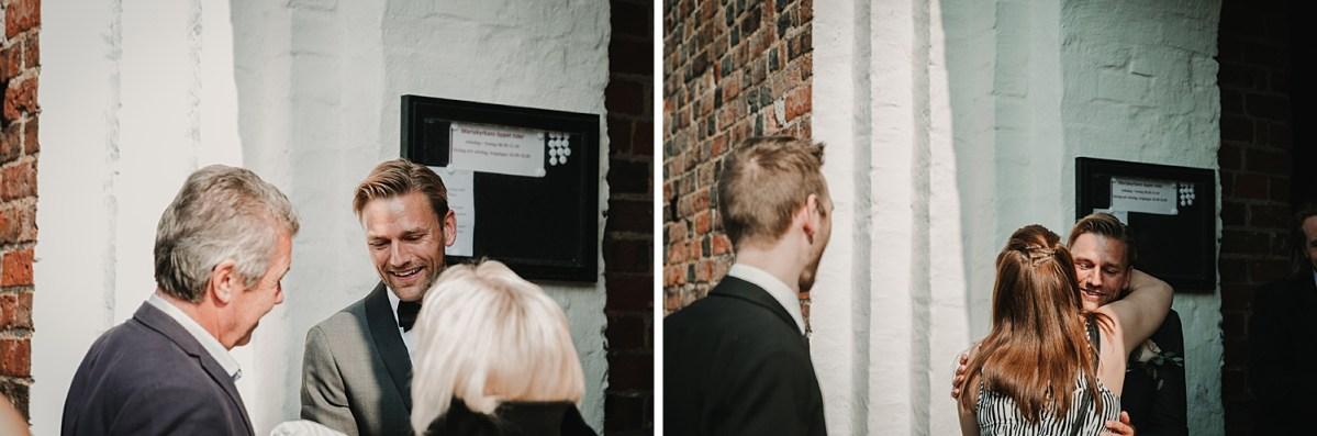 Brudgummen hälsar gästerna bröllopsfotograf Skåne wedding photographer Sweden creating the guests
