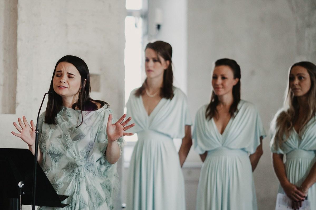 Sång i Maria Kyrkan Bröllopsfotograf Båstad wedding photographer Sweden Ceremony song