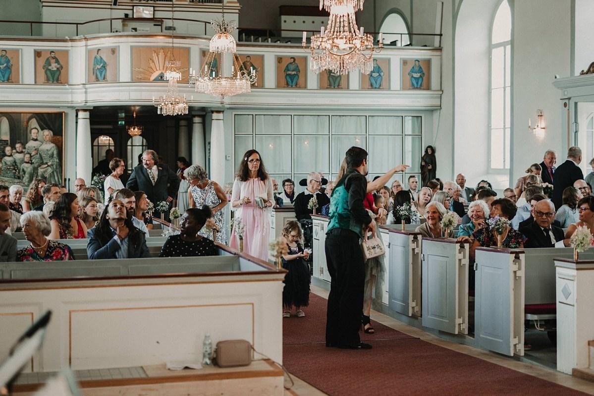 Gästerna anländer vigsel släps kyrka bröllopsfotograf Särö