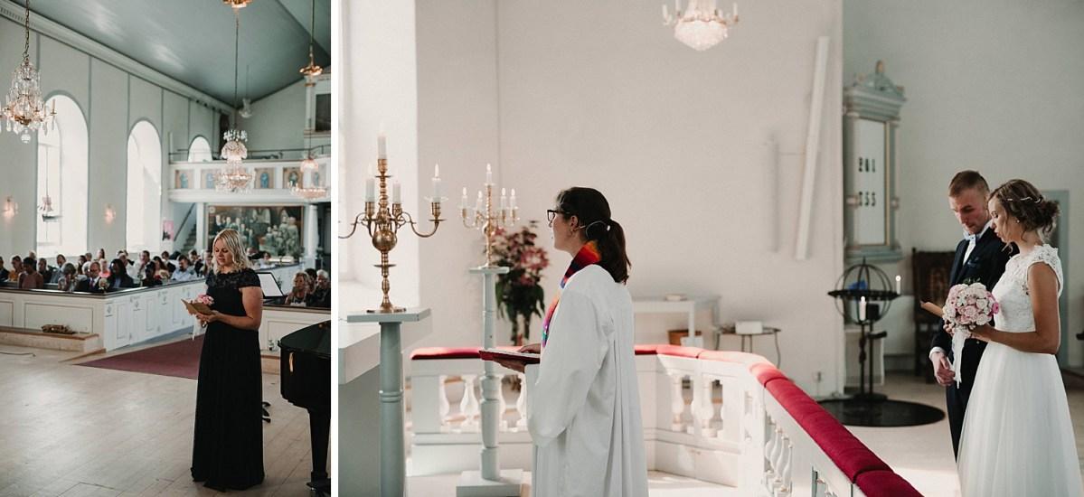 Brudpar och präst vid altaret brud tärna släps kyrka