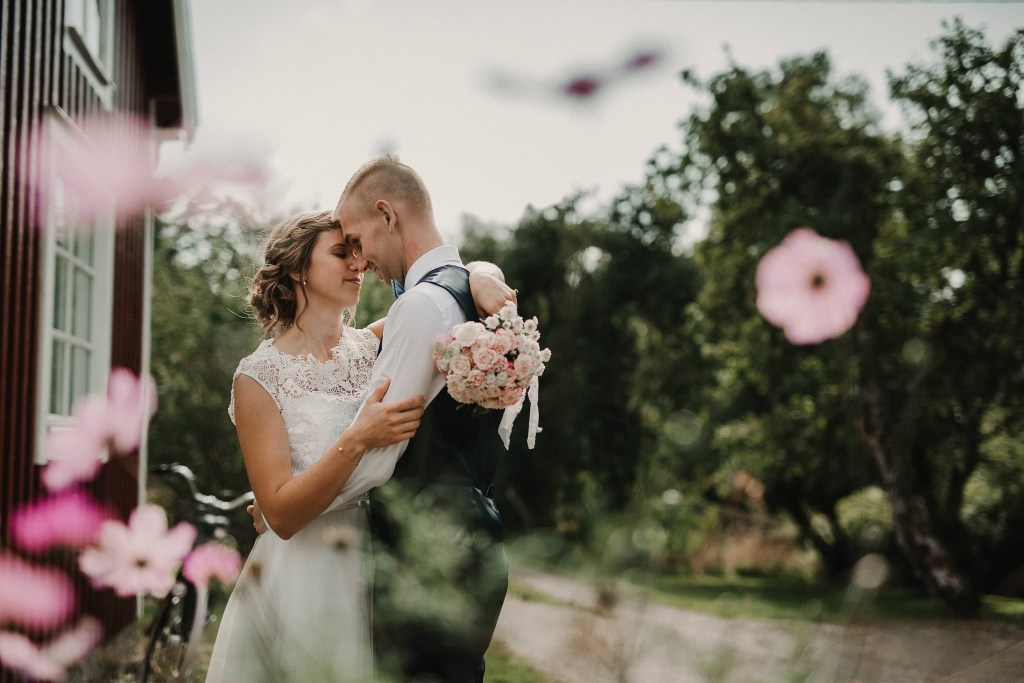 Bröllopsfotograf Särö Wedding photographer Sweden DIY teenage sweetheart wedding