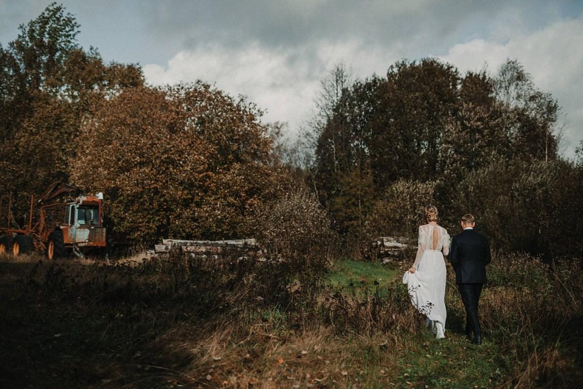 Underbart lantligt avslappnat höstbröllop bröllopspar wedding couple on farm in Sweden wedding photographer