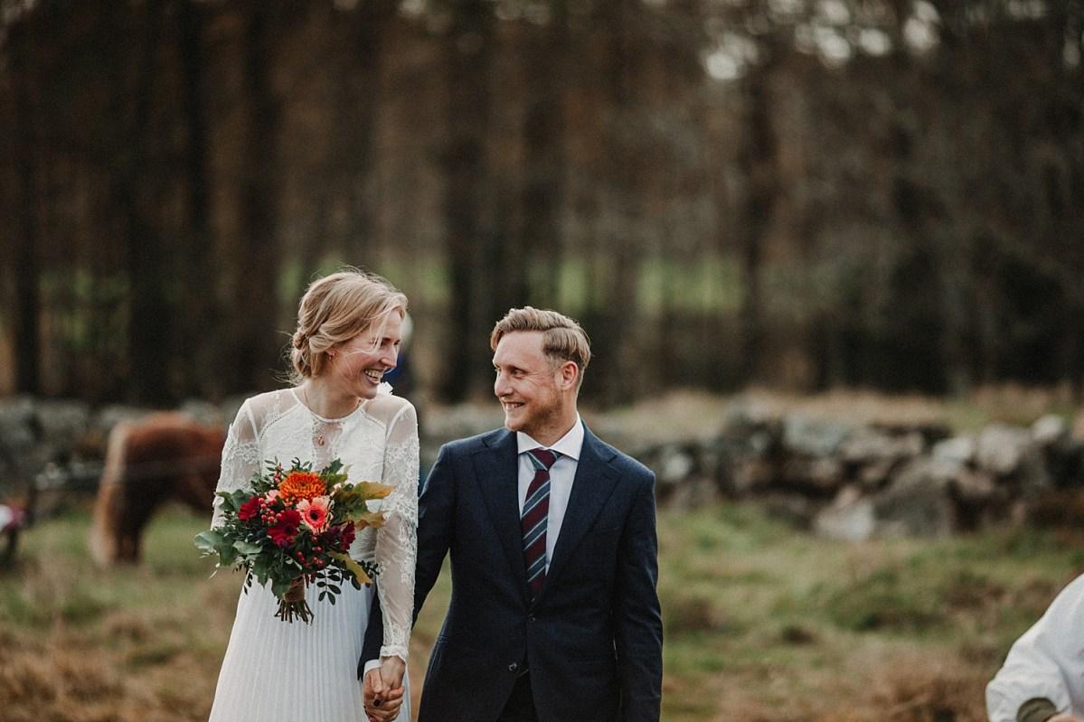 kärlek lycka utomhusvigsel bröllopsfotograf från göteborg love happy wedding couple wedding photographer Sweden