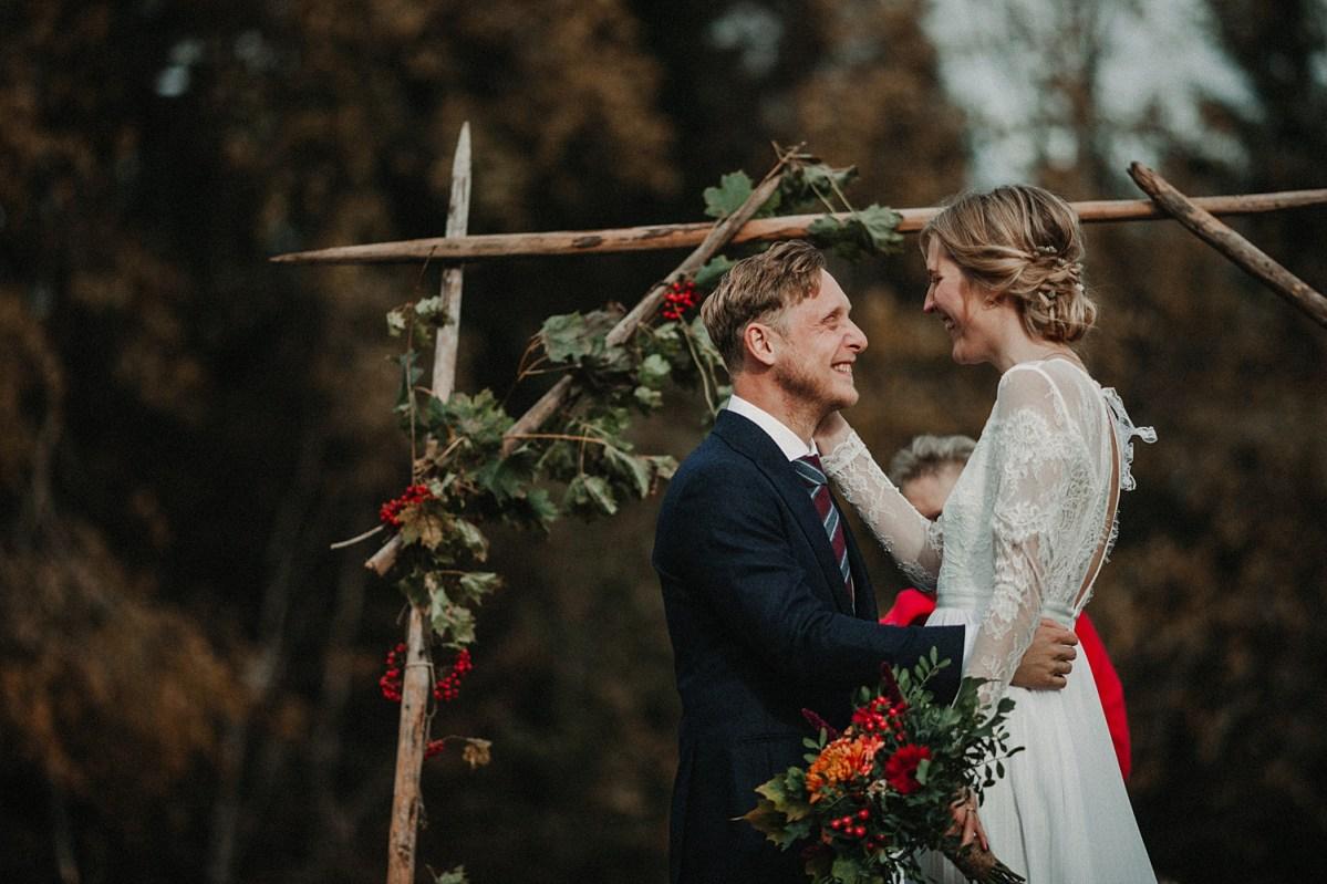 brudparets glädje utomhus vigsel höstbröllop wedding ceremony autumn wedding in Sweden