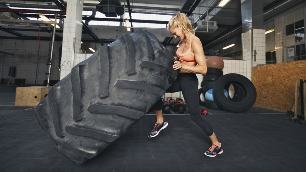 Wod Tire flip crossfit sevilla girl