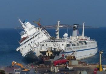 """В Турции тонет знаменитый круизный лайнер """"Лодка любви ..."""