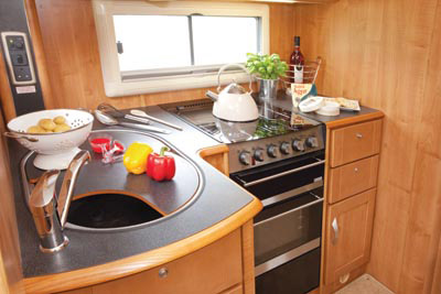 The L-shaped kitchen in the Apache 725