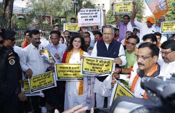 'ममता बनर्जी' के विरोध में भाजपा ने निकाली मौन रैली