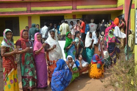 लगभग 72 प्रतिशत के साथ दूसरे चरण में बस्तर व लोहण्डीगुड़ा विकासखण्ड में सम्पन्न हुआ मतदान