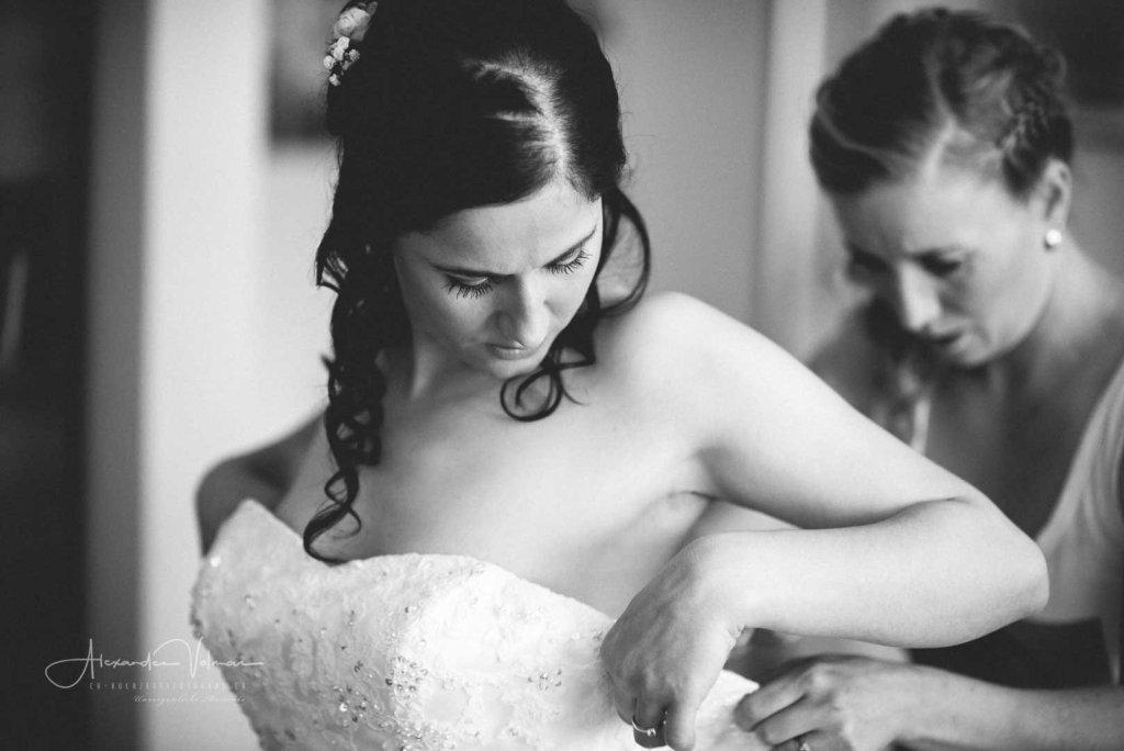 Anziehen des Brautkleides - Festgehalten vom Fotograf für Hochzeit