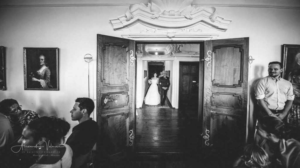 Braut und Vater beim Hereinspazieren