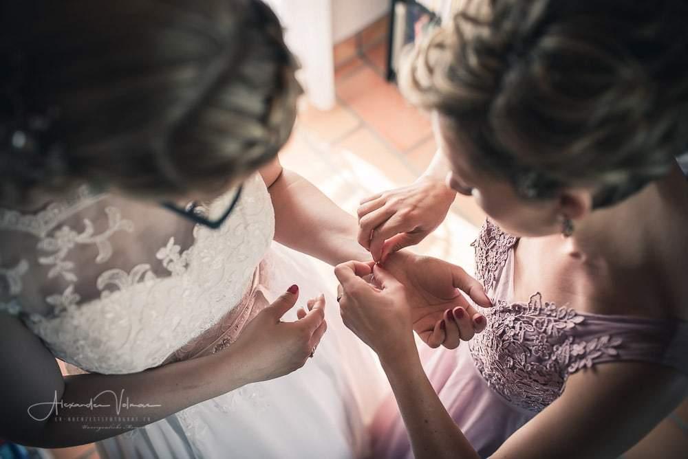 Anlegen des Armreifens - Hochzeitsfotograf ist dabei