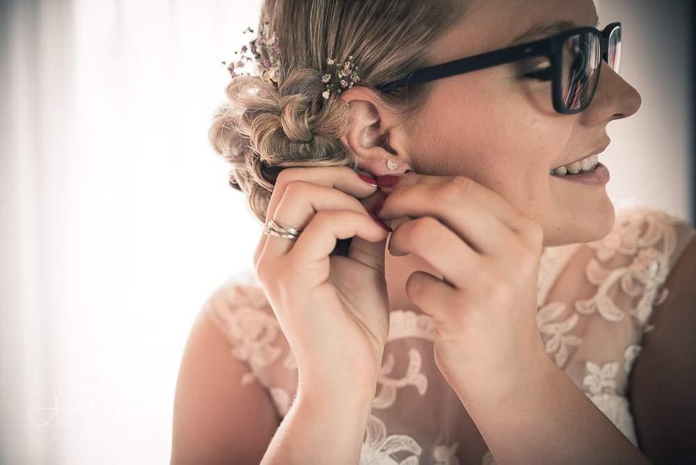 Anlegen des Ohrringes