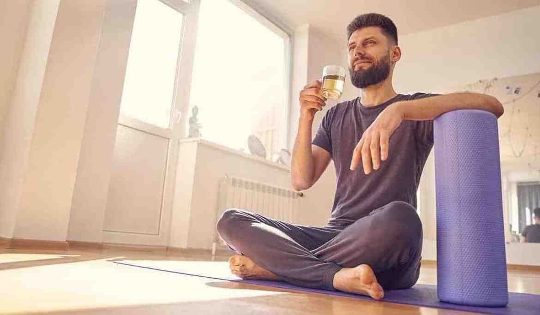 Homem praticando Yoga e bebendo Chá