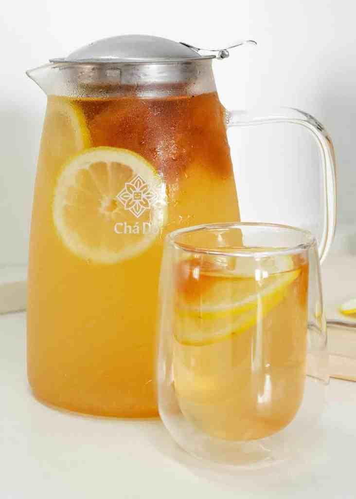 Limonada na jarra de vidro e copo de vidro duplo do Chá Dō.