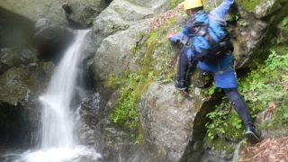 バランスを取りながら滝の落ち口を目指す