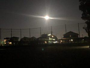 住宅街に浮かぶ満月