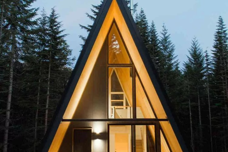 chalé de madeira moderno com grandes janelas