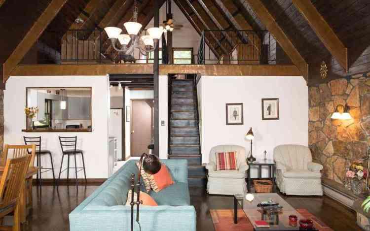 chalé de alvenaria combina madeira e pedras com uma abordagem rústica.