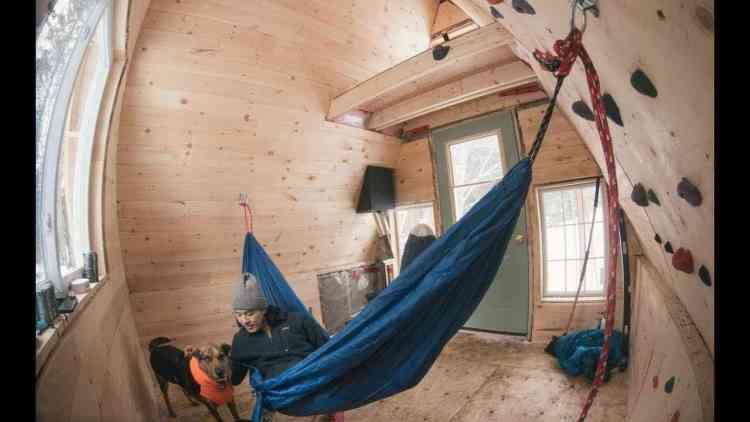 mini-chalé usa pinus para clarear o ambiente e tem até espaço para parede de escalada.