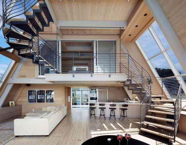 chalé moderno com interior minimalista e grandes janelas.