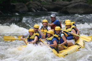 rafting à la montagne en été