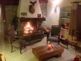 Salon avec grande cheminée