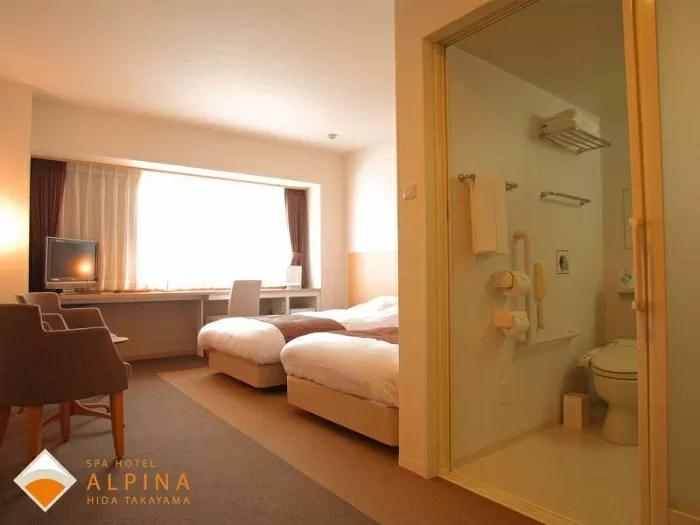 スパホテルアルピナ飛騨高山のユニバーサルツイン バスルームの入り口