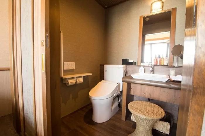 【心湯の宿SAZANA】アジアンテイスト・ツインルームのトイレ