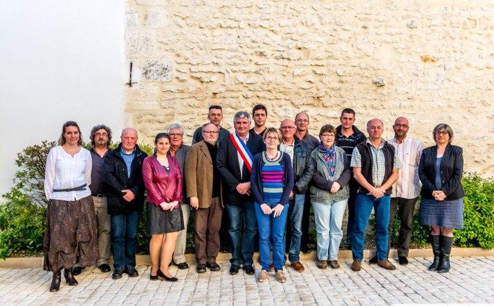 Le Conseil au complet avec les secrétaires de Mairie
