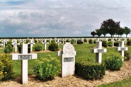 Le cimetière français de Rancourt : plus grande nécropole française de la Somme (8 566 soldats). Il atteste de la violence des combats des trois derniers mois de l'offensive (septembre-novembre 1916).