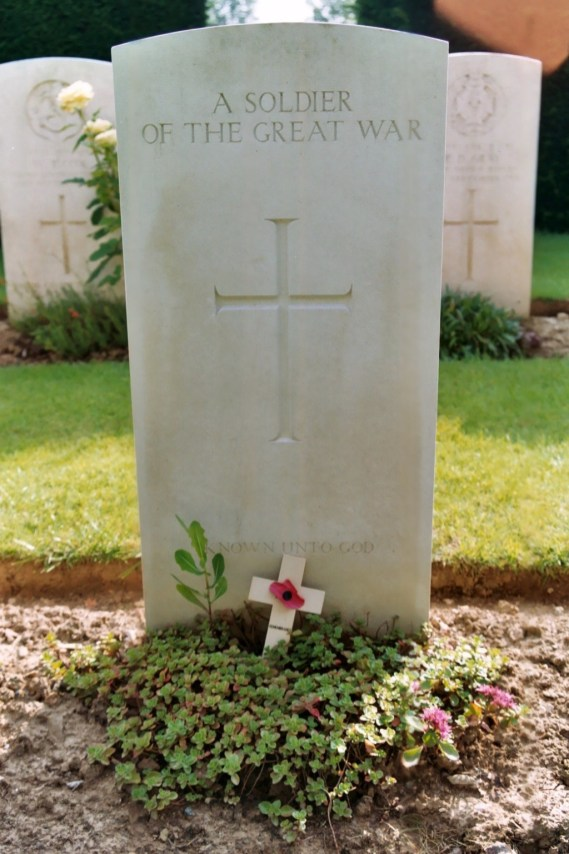 Tombe d'un soldat inconnu du Commonwealth (Longueval, Catepillar Valley Cemetery).