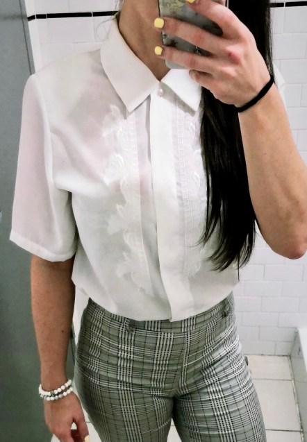 Cette blouse parfaite avec le détail et les épaulettes!