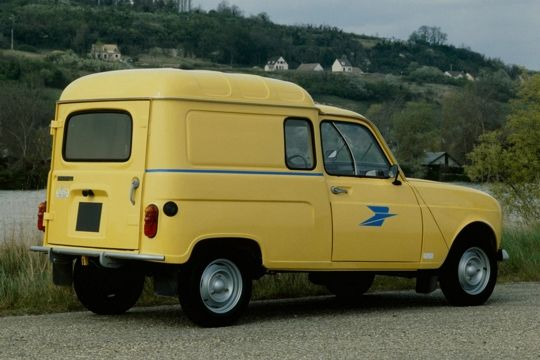 Our little La Poste vans still look mostly like this old-fashioned one. Loud and yellow. Source: Vieilles Voitures Villeneuvoises