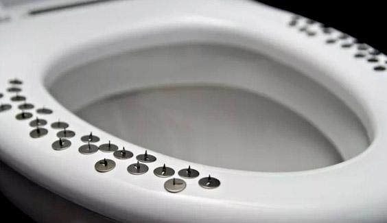 Nghiêm túc này! Chúng ta nên ngừng ngay việc sử dụng điện thoại khi đi toilet tac hai vua di ve sinh vua dung dien thoai benh tri
