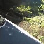 【衝撃動画】山道のカーブで逆走車が・・・正面衝突。