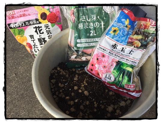 赤玉土、腐葉土、ハンギングの土、肥料を混ぜる