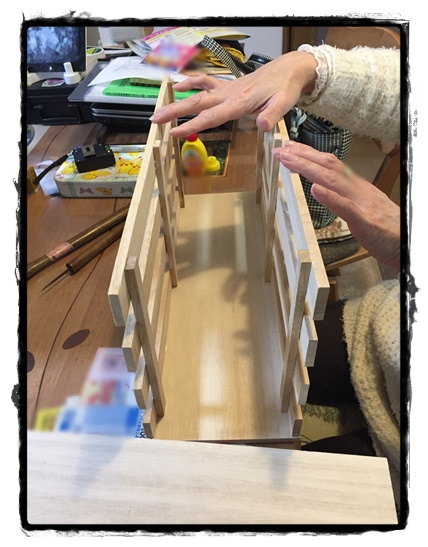 底板の両側にすのこを立てて、ボンドが乾くまで押さえます。