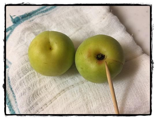 梅のヘタは楊枝で取ります。取った後はこんなにキレイ!