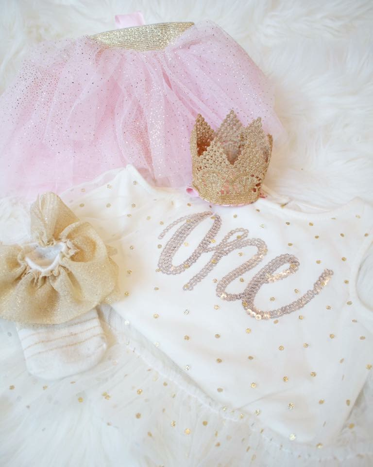 Easy first birthday ideas: Mud Pie first birthday outfit including pink crown and tulle skirt