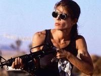 sarah connor, la vraie badass, recharge son gros gun. Elle regarde au loin avec ses lunettes noires