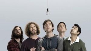 la bande de la série geek Silicon Valley qui regarde une ampoule comme si ils venaien de découvrir le fil à couper le beurre