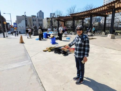 费城中国城入口处的林则徐广场。小贩在卖小商品。