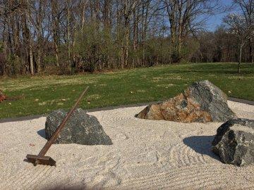 你可以随意地用木齿留下沙石的痕迹,不过是在他人、他时的图案上的重叠。
