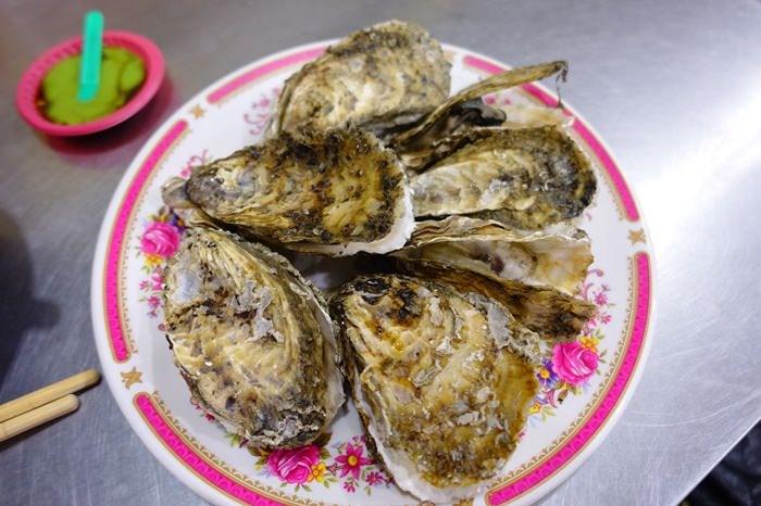 【嘉義.東石】- 阿春小吃 蚵的專賣.肥美鮮甜的大蚵仔.東石漁人碼頭看夕陽