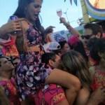 Com mulher nos ombros, folião não perde tempo e beija outra