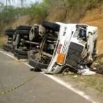 Motorista fica ferido e filho morre após acidente com carreta