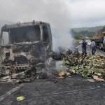Caminhão carregado de leite pega fogo e motorista escapa ileso