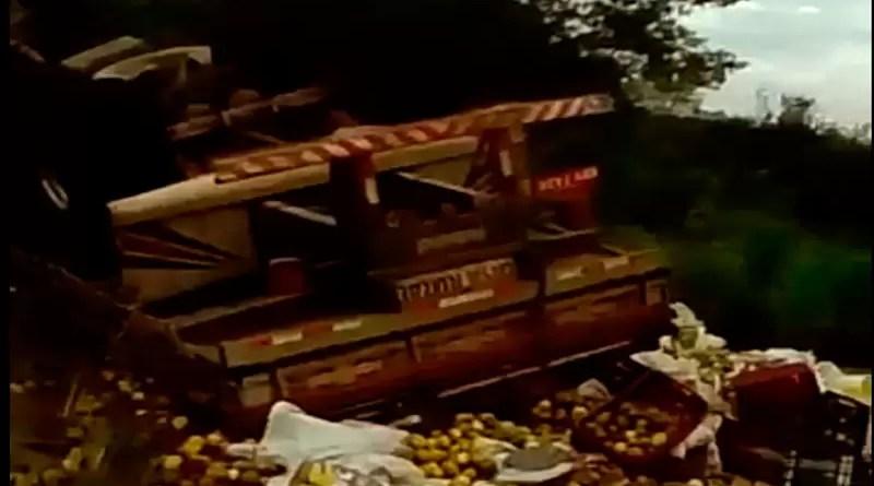 Caminhão tomba na BA-052, entre Mundo Novo e Baixa Grande